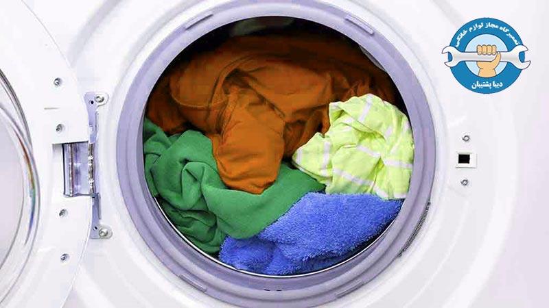 چطور از شر ماندن پودر روی لباس در ماشین لباسشویی خلاص شویم؟